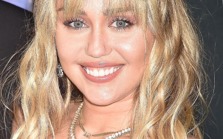 Miley Cyrus COVID-19 için harekete geçme çağrısında bulundu.