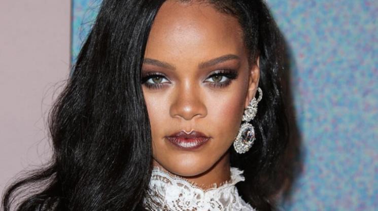 Rihanna cilt bakım hikayesini anlattı.