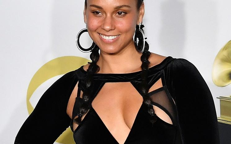 Alicia Keys İşaret dili kullanıyor.
