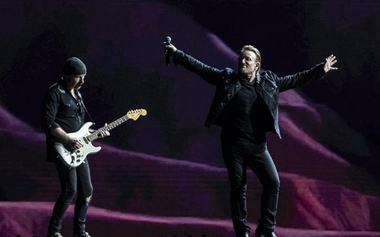 U2 hayranı Sydney'de sahneye cıktı