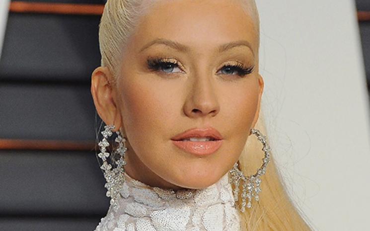 """Christina Aguilera, Ian Axel ile yaptığı \""""Fall On me\"""" sarkısının klibinin yayınladı"""