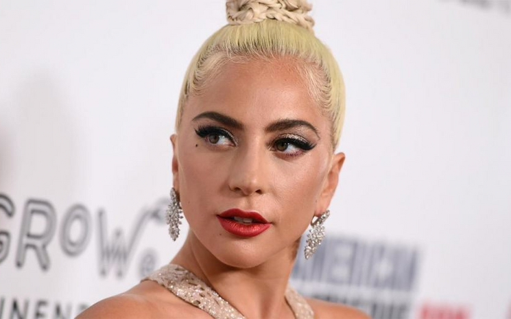 Sahneden düşen Lady Gaga iyi olduğunu açıkladı.