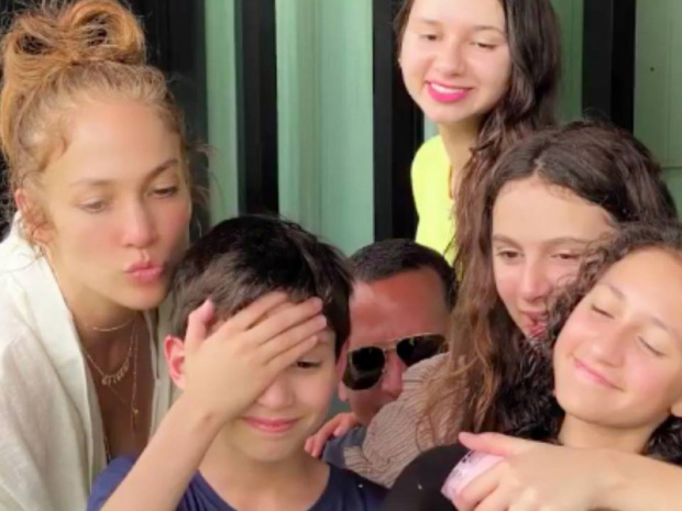 Jennifer Lopez'ın kızı doğumgünüde Lenny Kravitz'den gitar dersi aldı