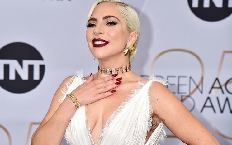 Lady Gaga,Bradley Cooper'la olan aşk dedikodularına yanıt verdi!