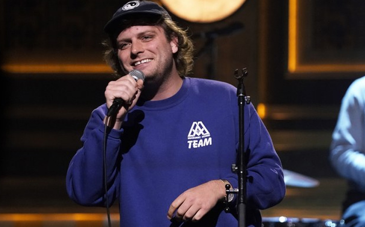 Mac DeMarco, programın kamera arkasında bir şarkı daha söyled