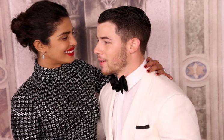 Nick Jonas zirveye çıkan şarkısını eşiyle kutlamaya devam ediyor.