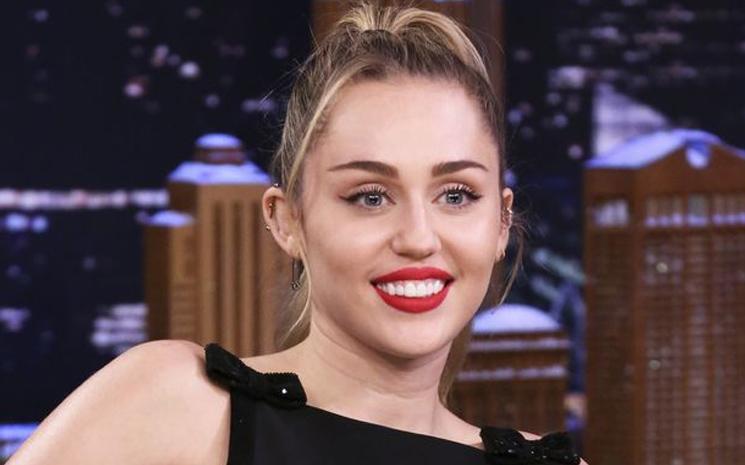 Miley Cyrus hamile olduğu söylentilerine cevap verdi.