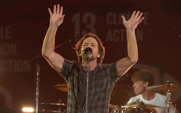 Pearl Jam yeni şarkı paylaştı.